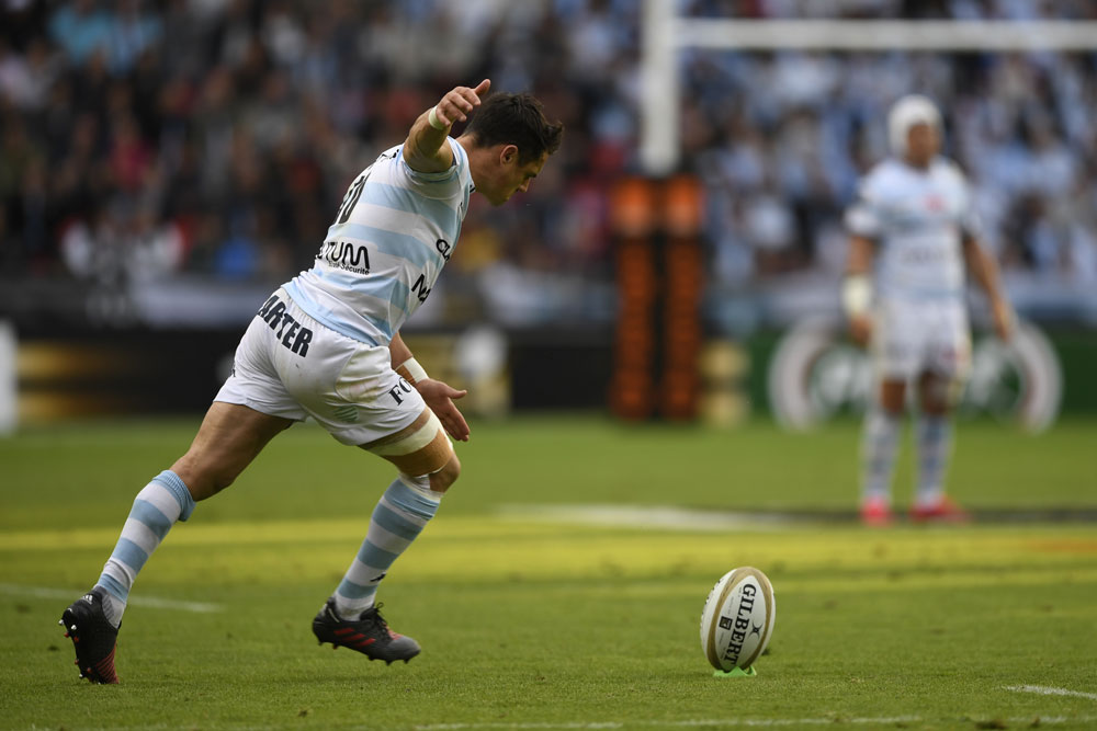Carter patea un golpe durante un partido con racing 92. / Photo Racing