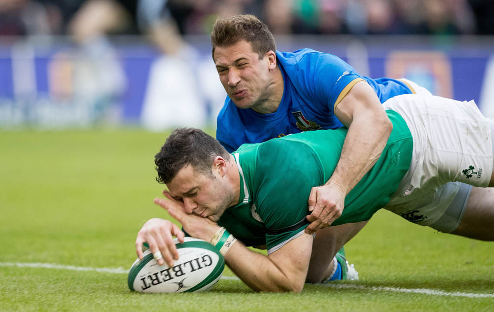 Robbie Henshaw scores their fifth try despite the efforts of Tommaso Benvenuti 10/2/2018