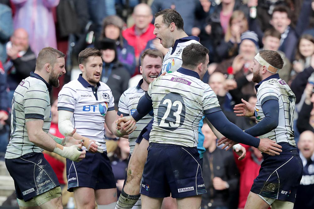 Tim Visser celebrates scoring a try with teammates 18/3/2017